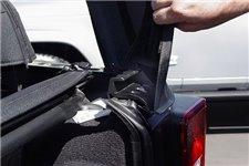 Uchwyt poprzeczki klapy tylnej, prawy : 07-18 Jeep Wrangler JK
