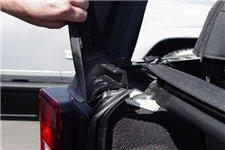 Uchwyt poprzeczki klapy tylnej, lewy : 07-18 Jeep Wrangler JK