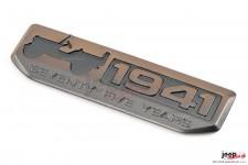 Emblemat rocznicowy, 75th Anniversary Since 1941, kolor spiżowy : 07-18 Jeep Wrangler JK