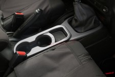 Nakładka uchwytu na kubki na konsoli centralnej, kolor węgiel drzewny, skrzynia manualna : 11-17 Jeep Wrangler JK